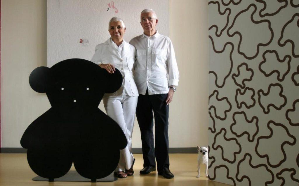 La imagen muestra al matrimonio Tous junto a un corpóreo del oso Tous, emblema de la marca.