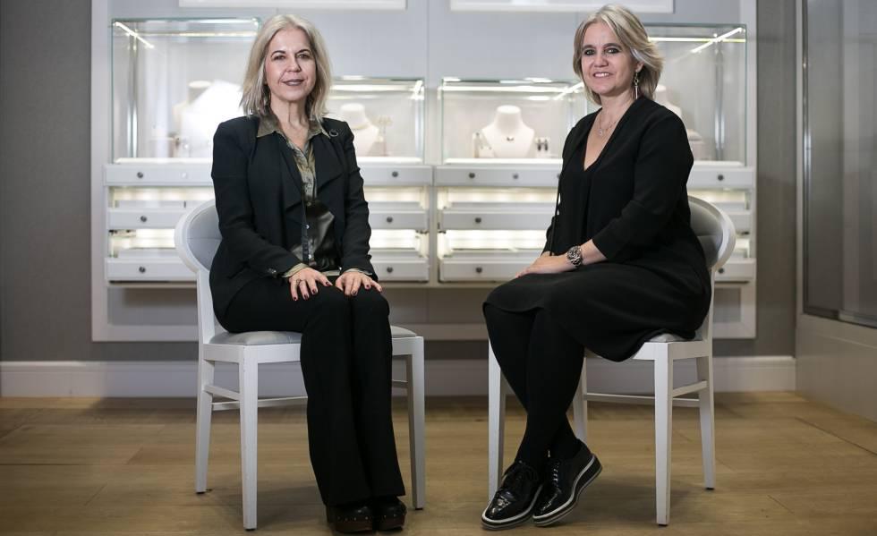 Imagen de las hermanas Rosa y Alba Tous sentadas frente a una vitrina de Joyas Tous